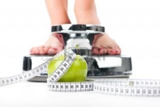 13319250-dieta-e-peso-giovane-donna-in-piedi-su-una-scala-solo-i-piedi-per-essere-visto-una-mela-e-un-nastro-